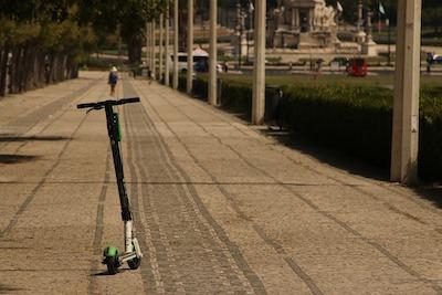 Relier son fauteuil roulant à une trottinette électrique !